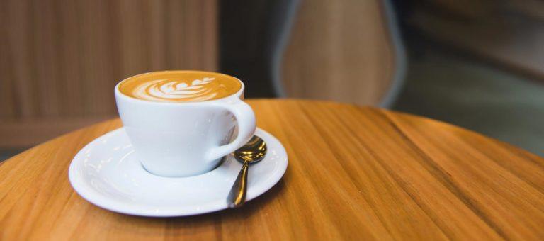 Tasse de café autour de laquelle se retrouver